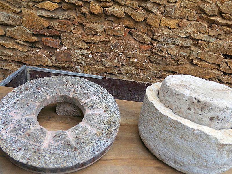 Historische Körnerreibe, aus der Geschichte der Bäckerei Specht