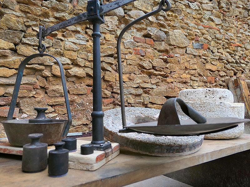Historische Teigwaage mit Gewichten, aus der Geschichte der Bäckerei Specht