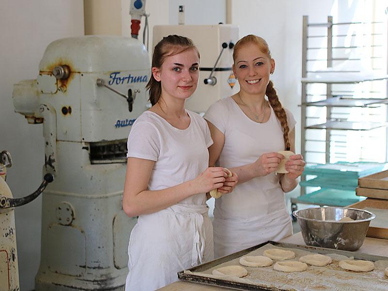 Formen der Rahmplätzchen in der Bäckerei Specht