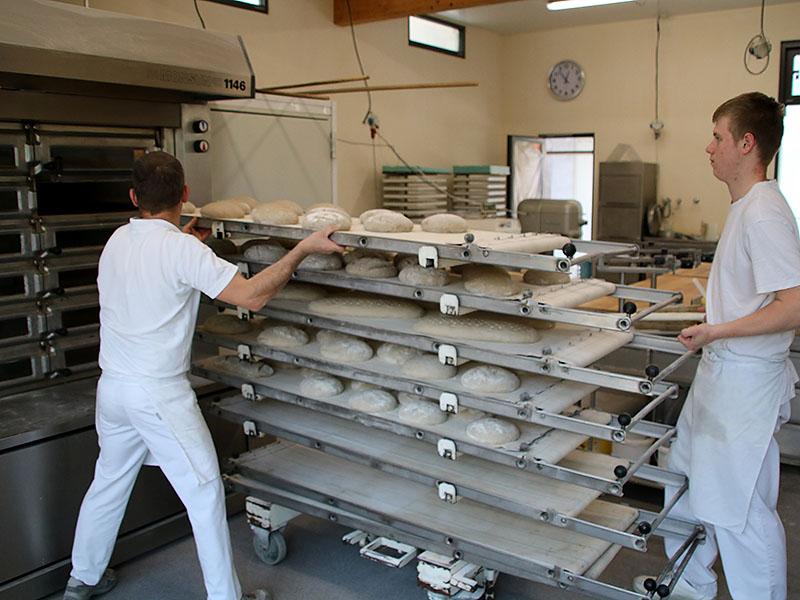 Die Brote kommen in den Ofen
