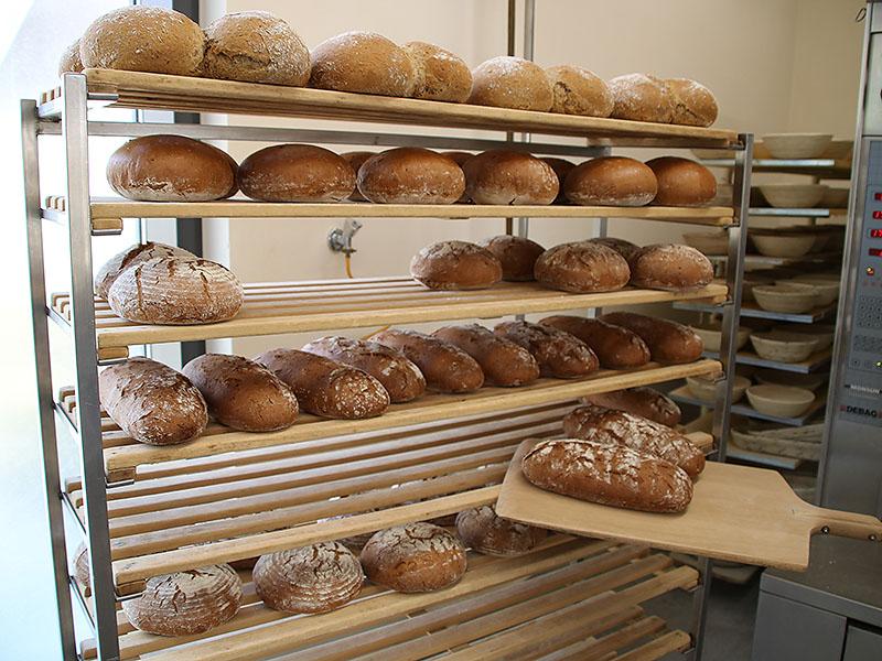 Die Brote kühlen am Rollregal aus