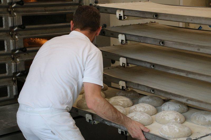 Die Brote werden in den Ofen geschoben
