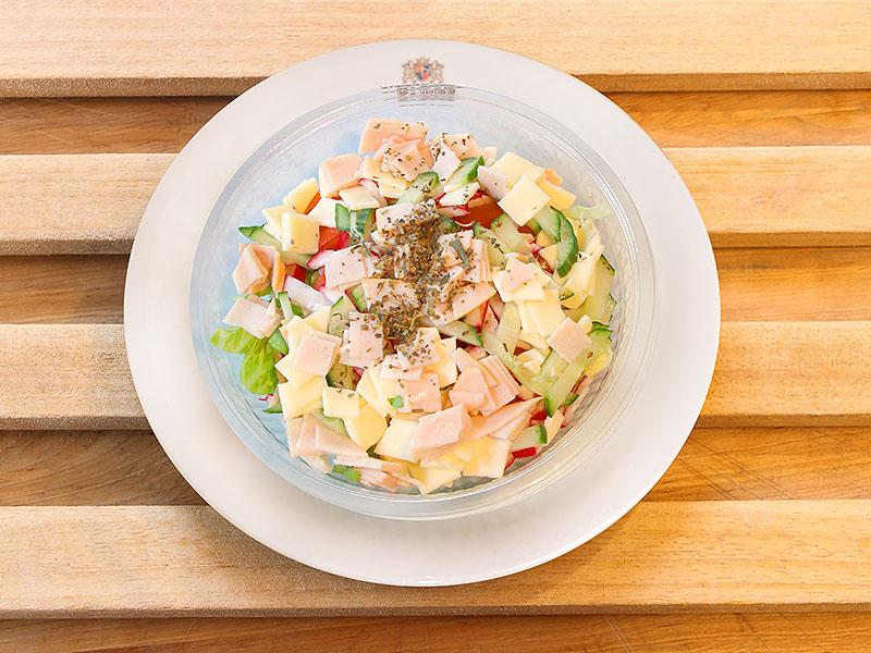 Gemischter Salat mit Pute und Käse