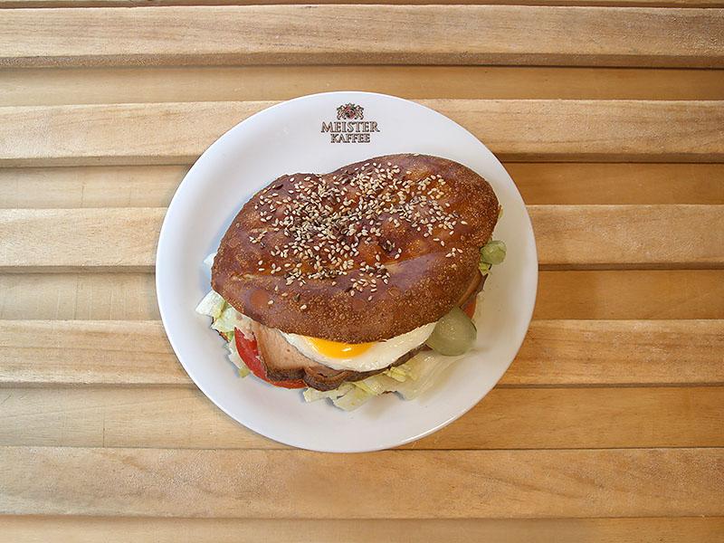 Burger mit Leberkäse und Ei